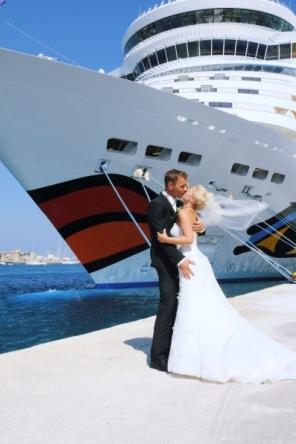 Traumschiff Aida im Hafen von Rhodos mit Ehepaar Faller