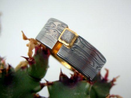 Ring Damaszenerstahl mit Gold + Rohdiamant