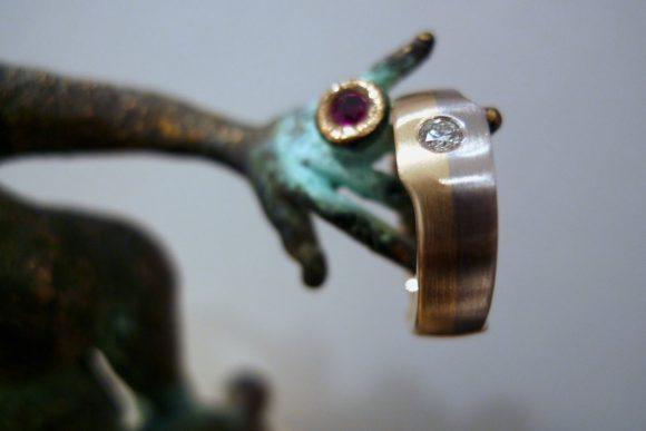 DL-Ring aus Gelb- + Weißgold mit Brillant