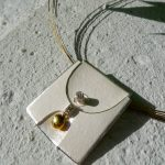 kette auf beton mit silber gold