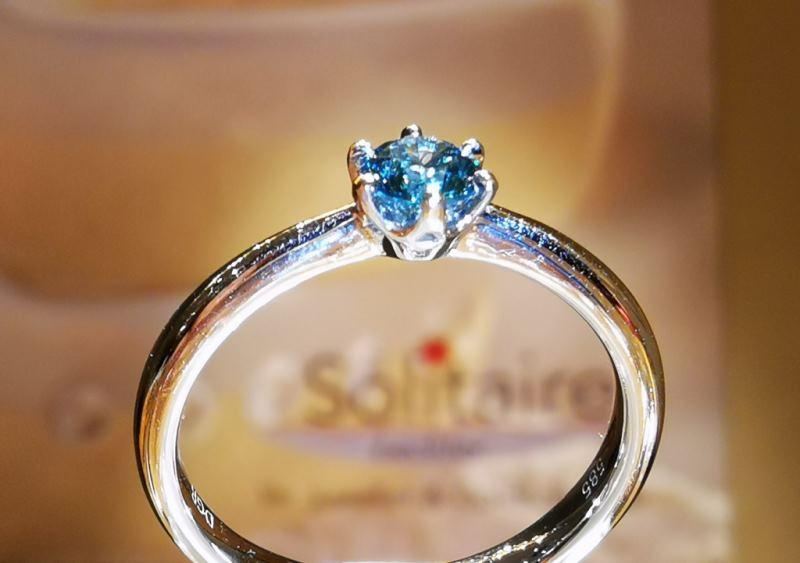 Verlobungsring Solitaire_aus Weißgold_mit blauem Brillant